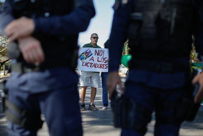 Mensen demonstreren tegen de Cubaanse regering bij de ambassade van dat land in Brasilia, Brazilië.
