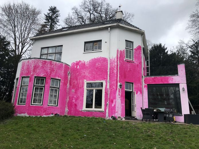 Het wordt een flinke klus om de villa schoon te krijgen...