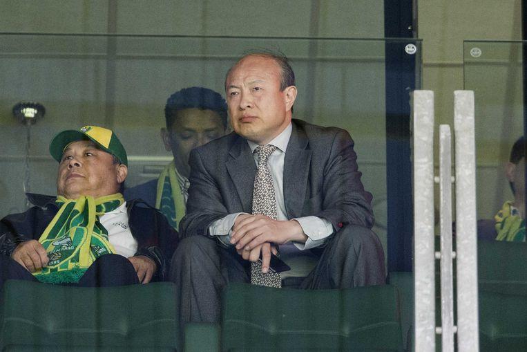 De Chinese eigenaar Hui Wang van ADO Den Haag en United Vansen op de tribune in 2015. Beeld ANP