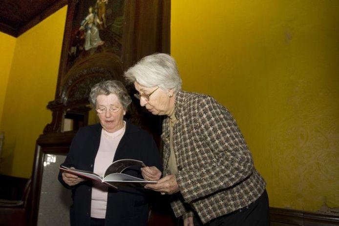 A.M. Koeleman-Nysingh en O.L.M. Nysingh-Munk bekijken in het voormalige kantoor van advocaat Nysingh, op het adres Koestraat 10, het boek over de renovatie van hun voormalige woonhuis. foto Frans Paalman