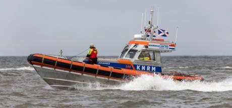 Zeilboot slaat om op Eemmeer, opvarenden redden zich na lange zwemtocht