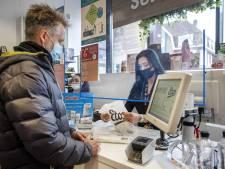 Winkeliers gooien coronaregels zaterdag niet direct overboord: 'Ik hoop dat het spatscherm blijft'