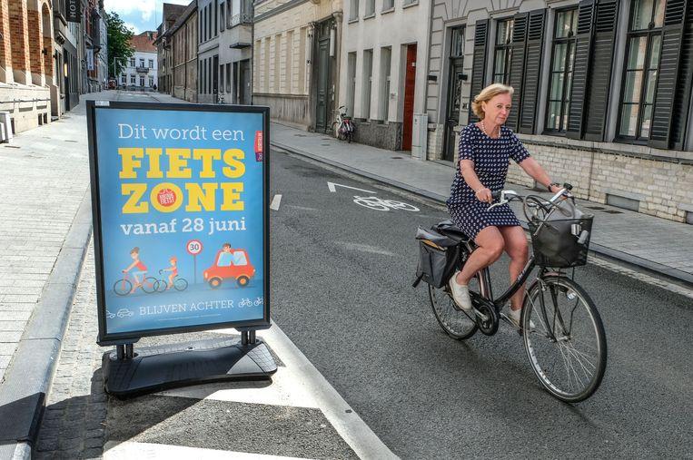 Borden kondigen de fietszone aan. Hier zie je een bord in de Groeningestraat.
