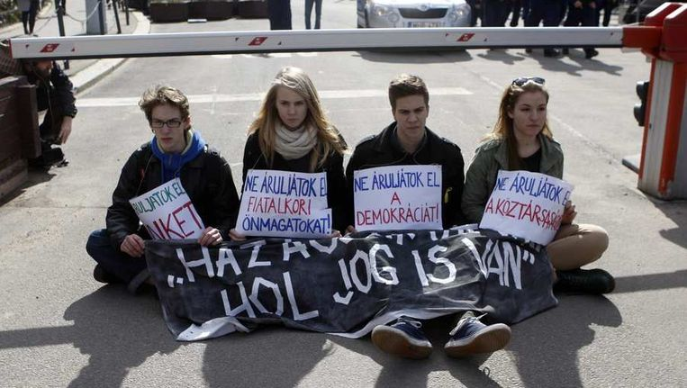 Demonstranten voerden vandaag actie bij de ingang van het Hongaarse parlement. Beeld reuters