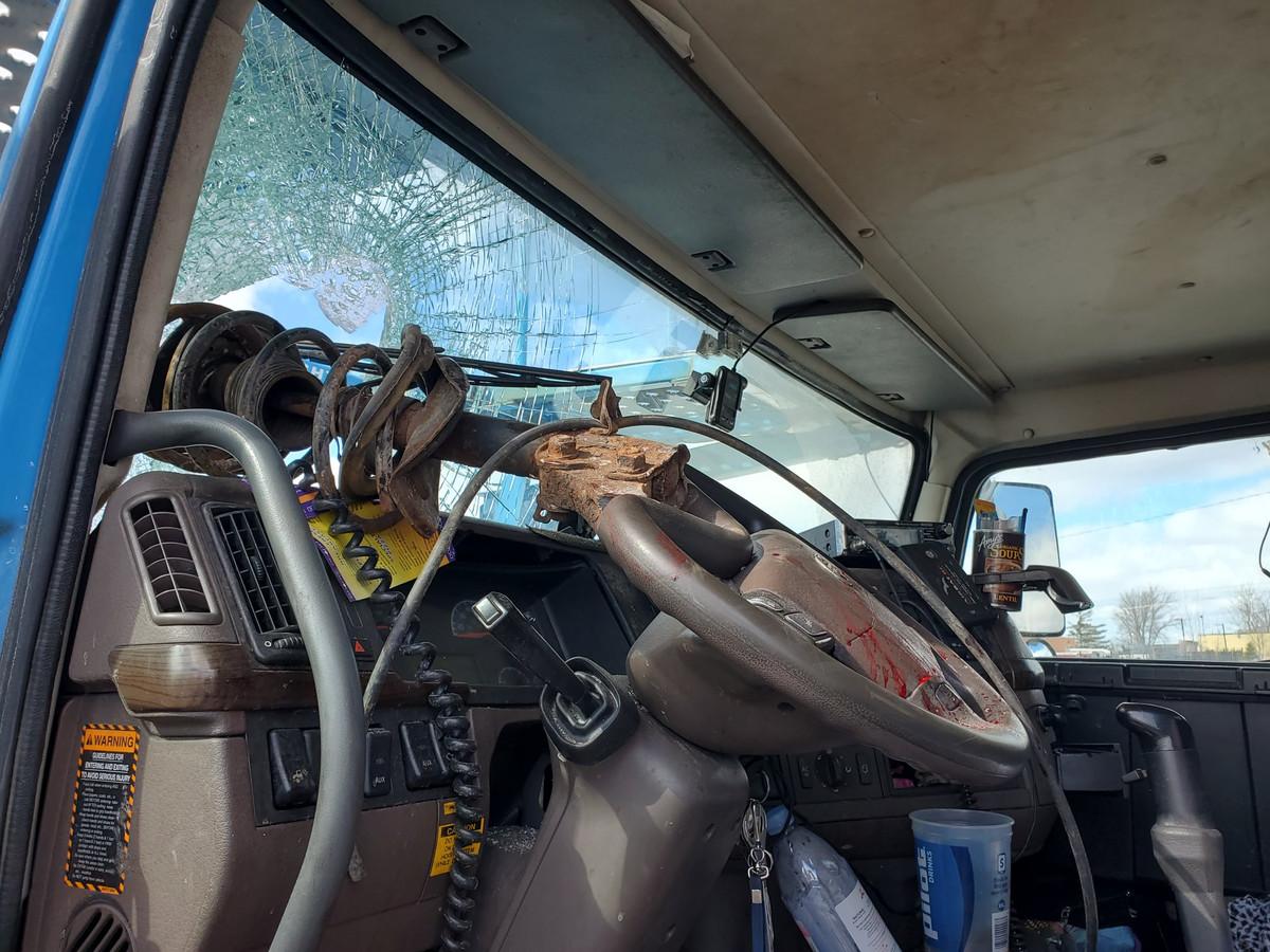 De chauffeur werd geraakt op zijn hoofd, maar overleefde het bizarre voorval.