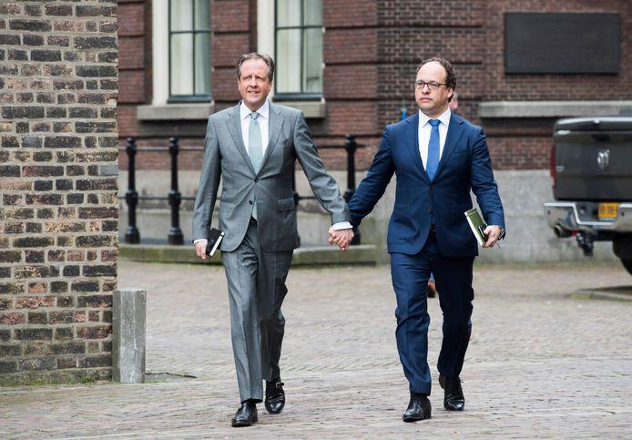 De D66-onderhandelaars Pechtold en Koolmees lopen hand in hand naar aanleiding van de mishandeling in Arnhem.