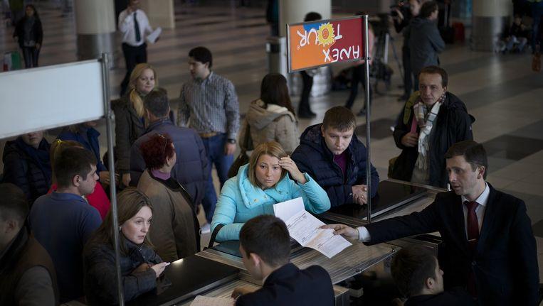 Russische toeristen verzamelen zich bij de balie nadat hun vlucht naar Egypte is geannuleerd begin november. Beeld ap