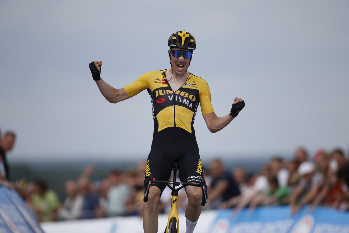 Timo Roosen viert zijn Nederlandse titel.