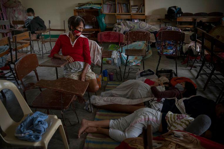 Inwoners schuilen in een school voor de tyfoon.  Beeld Getty Images