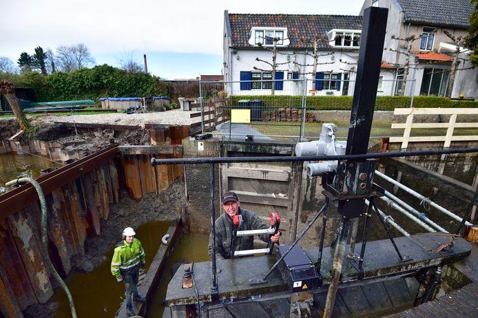 De werkzaamheden aan de Goejanverwellesluis in Hekendorp zouden aanvankelijk in april afgerond zijn, maar zullen nu pas begin juni klaar zijn.