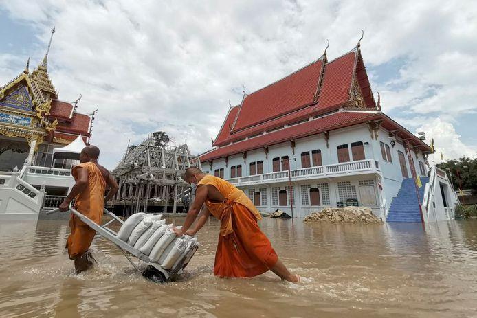 Boeddhistische monniken in de weer met zandzakjes om een tempel van overstromingen te beschermen in de Thaise provincie Ayutthaya.