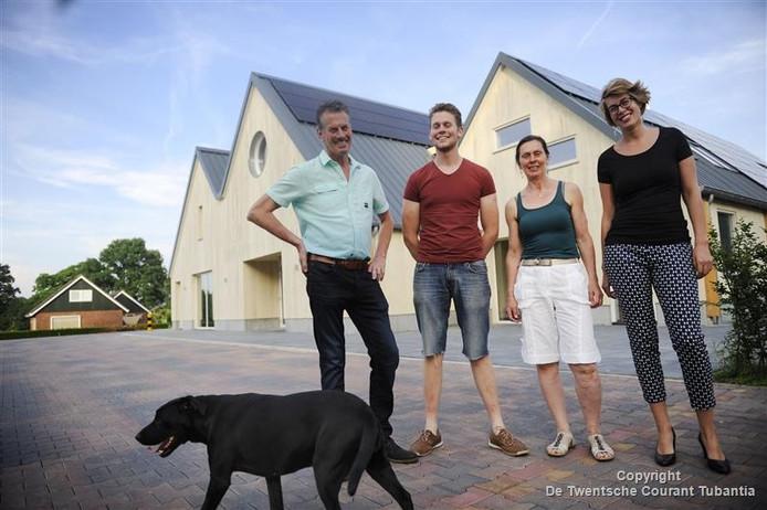Boer Andre Mulder met zijn vrouw en de kinderen (Koen en Lianne) voor hun nieuwe zuivelbedrijf Raw Milk Company.