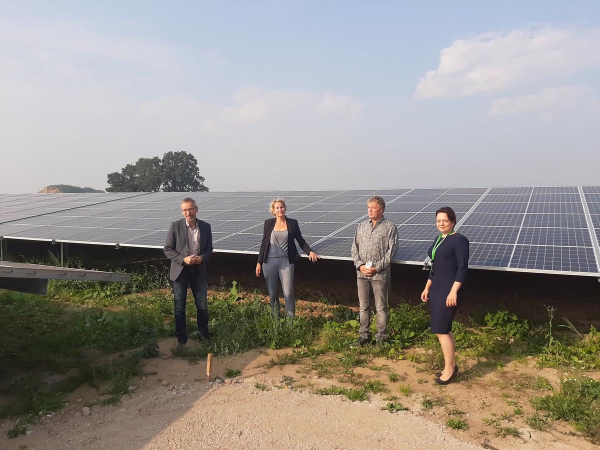 Gedeputeerde Jan van der Meer, wethouder Janine Kock, eigenaar Leon Masselink en Tamara Tijdink van Agem bij de zonnepanelen.