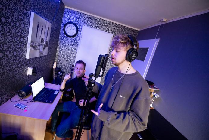 Jakko Veltman helpt zanger Ramon (achter de microfoon) bij het opstarten van zijn zangcarrière. Veltman heeft een artiestenbureau opgericht en promoot daarmee lokale muzikanten.