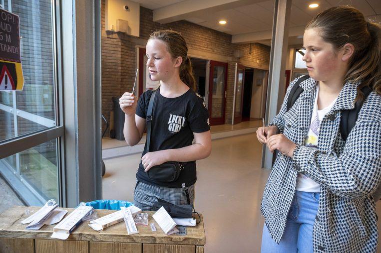 Zelftests worden uitgedeeld aan leerlingen van het Amsterdams Lyceum. Beeld ANP