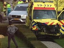 Ambulance in de fout, knalt op Volvo in Sint Jansteen