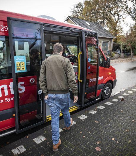 Te krappe buurtbus krijgt assistentie van echte bus in Almelo: 'Alle passagiers kunnen nu instappen'