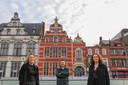"""Eva Van Osselaer, Elke De Mayer en Michel Maes, met op de achtergrond Het Landhuis op de Grote Markt: """"We staan te springen om er in november in te trekken!"""""""