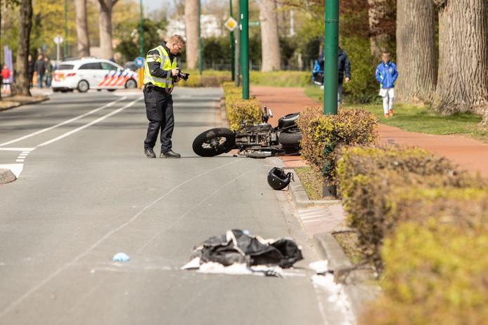 Politie doet onderzoek na het motorongeval ter hoogte van de Pieter de Hooglaan in Baarn.