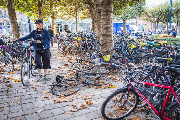 Gent, chaos van fietsen op het Maria hendirkaplein, st-pietersttation