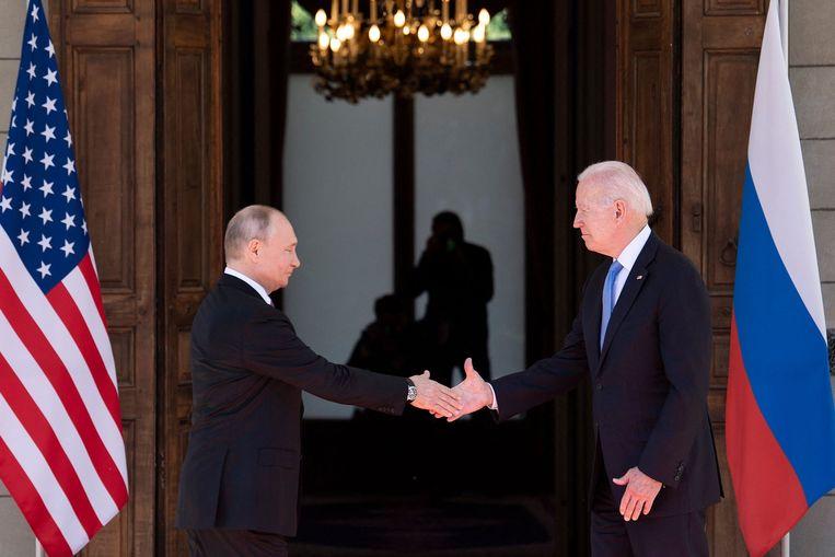 De Russische president Poetin en zijn Amerikaanse collega Joe Biden schudden elkaar woensdag de hand bij hun ontmoeting in Genève.  Beeld AFP