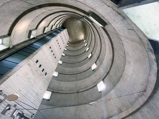 """Het geraamte van de toren vanaf de vierde verdieping. De betonlagen zijn goed te zien. ,,Als een bedrijf gebruik wilde maken van de toren, werd er vloer van beton in gezet en zo was er dan ineens een nieuwe verdieping."""""""