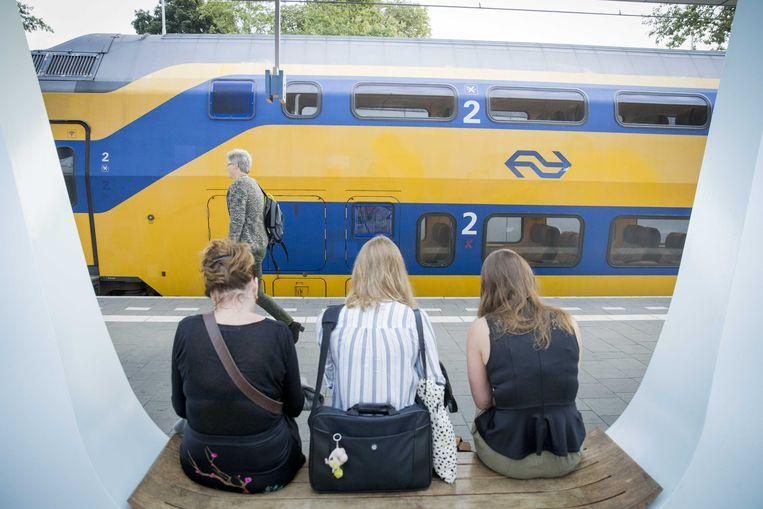Reizigers op station Arnhem wachten op hun trein.  Beeld ANP