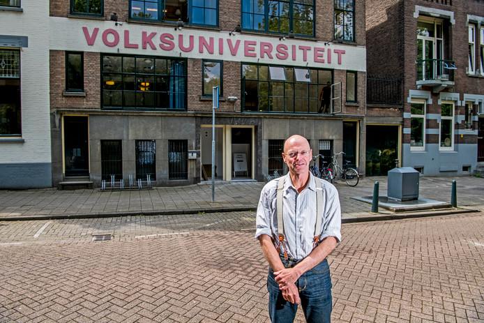 Directeur Theo Ruijter voor 'zijn' jarige Volksuniversiteit Rotterdam aan de Heemraadssingel.