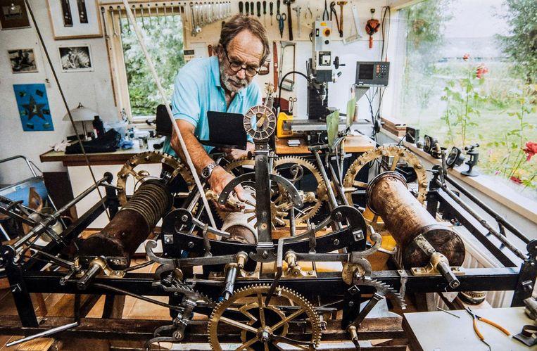 Hans de Zeeuw aan het werk in het Klokhuis, het tuinhuis waarin hij knutselde aan oude klokken en zijn eigen supernauwkeurige uurwerk bouwde. Beeld Dick Hogewoning
