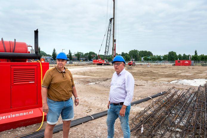 Omwonende Harry Volmeijer (links) en Bennie Heijmen van Rijnstate op het bouwterrein waarop Rijnstate Elst moet verrijzen.