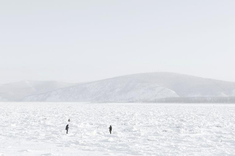 Vissers nabij de stad Komsomolsk op de bevroren rivier Amoer, qua lengte de zevende rivier van de wereld.  Beeld Fabian Hahne