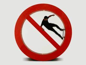Skateboarder skatet in levensgroot 'verboden te skaten'-teken en vernielt het