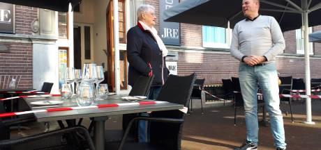 Op dit Almelose terras is uit protest toch de tafel gedekt; 'Kabinet moet zeggen wanneer we open mogen'
