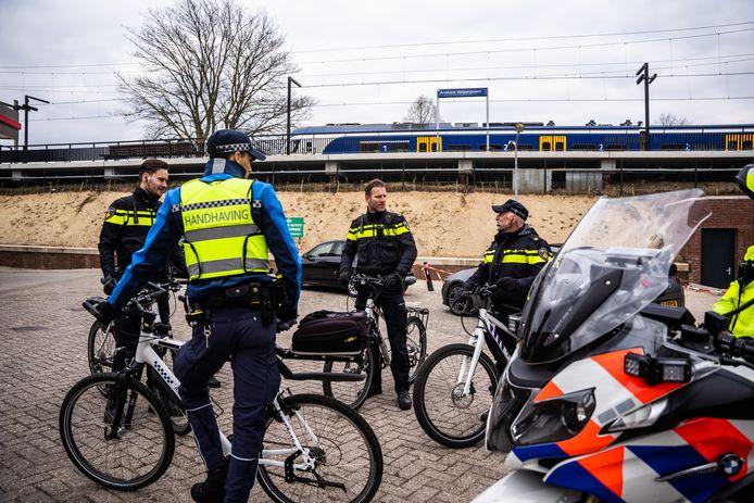 Politie-agenten en gemeentelijke handhavers bij station Velperpoort, vlak voordat actie 'Hyena' van start gaat.