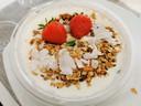 De Yoghurt Bowl Manga wordt afgewerkt met een lekkere notenmengeling en heerlijke aardbeien.