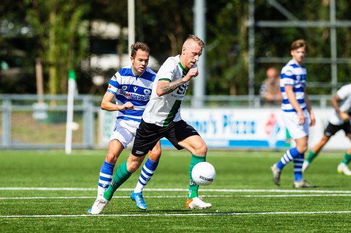 Boy van de Beek zit als speler van Spakenburg oud-prof Lex Immers (Scheveningen) op de hielen.