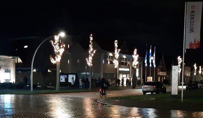 Een rij voor het stembureau in het gemeentehuis van Wijchen.