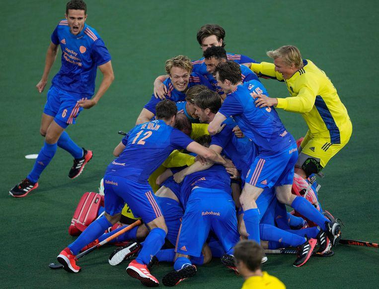 De Nederlandse mannen vallen elkaar in de armen na de overwinning op België in de halve finale van het EK.  Beeld AP