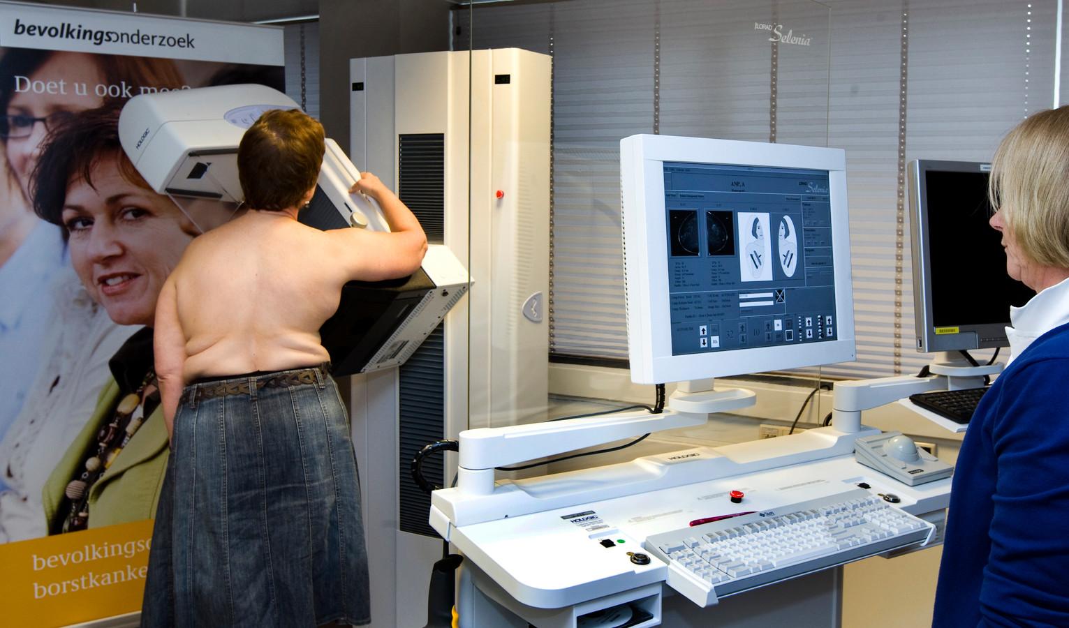 Een vrouw laat een mammografie van haar borsten maken in de onderzoeksunit van de Stichting Bevolkingsonderzoek Borstkanker in Rotterdam.