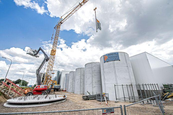 Vijf grote watersilo's zullen regenwater stockeren voor gebruik in de serre en ook de gevelserre ondersteunen.