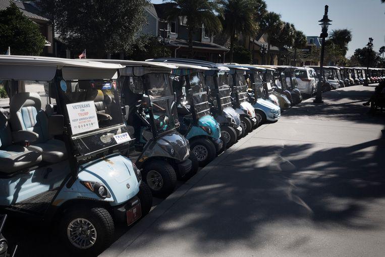 Golfkarretjes zijn campagnevoertuigen in The Village. Beeld Daniel Rosenthal / de Volkskrant