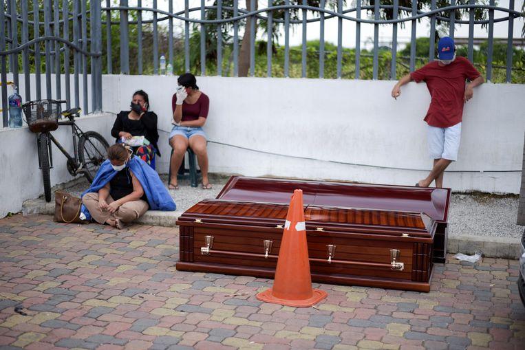Buiten het ziekenhuis in Guayaquil wachten zowel patiënten als doodskisten.  Beeld Reuters