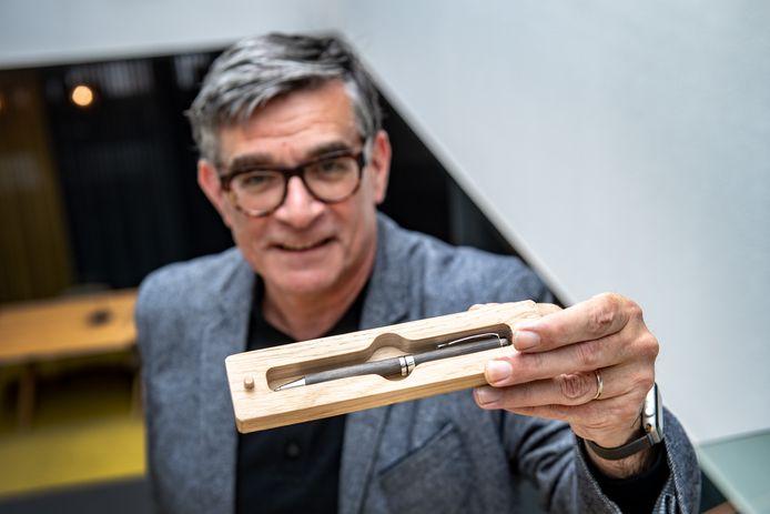 Initiatiefnemer van relatiegeschenk pen gemaakt van hout uit middeleeuwse waterput