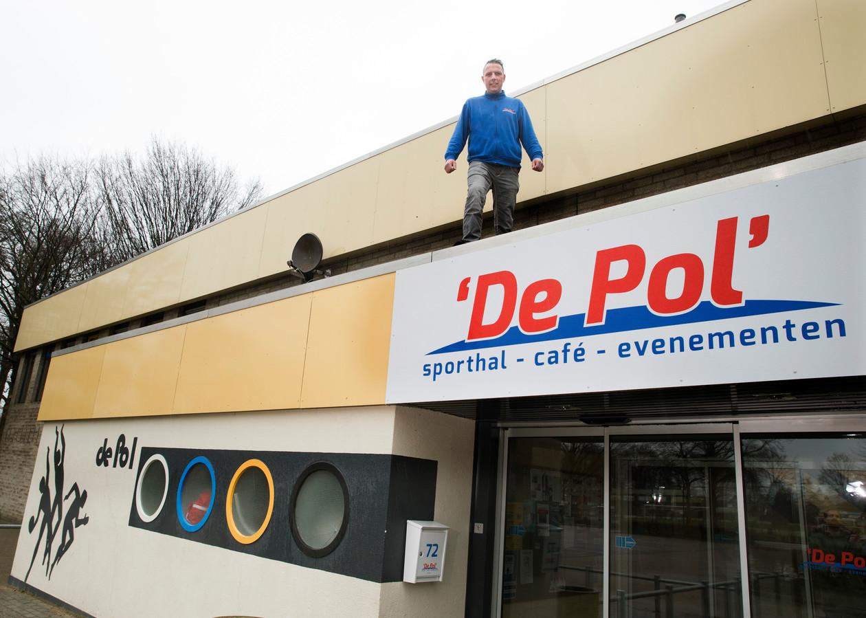 Sporthal De Pol in Zelhem is één van de hallen in Bronckhorst die aangepakt moet worden. Op het dak exploitant Bas Hulshorst.