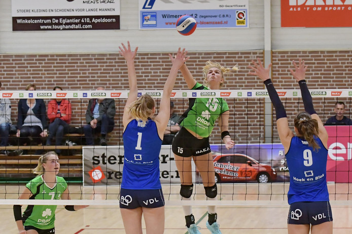 Anna Zijl probeert twee speelsters van Sliedrecht te passeren.