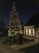 Piet en Trees Franssens bij de versierde boom in hun tuin.