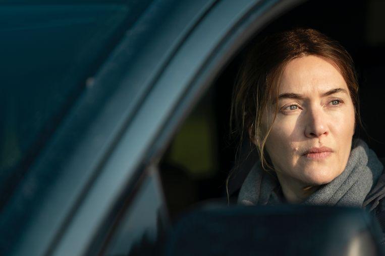 Kate Winslet als chagrijnige, drankzuchtige rechercheur Mare Sheehan in de zevendelige HBO-serie Mare of Easttown. Beeld AP