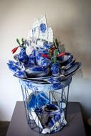 Het tafeltjevan Inge Schenke  getooid met porselein in Delfts blauw is een van de blikvangers van de tentoonstelling.