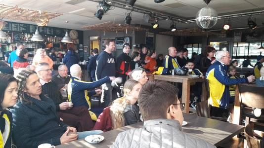 De leden van de IJsclub Tilburg stapten woensdag van de schaats om hun erelid te zien schaatsen.