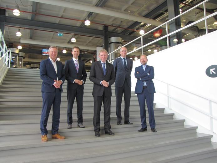 Wim Boomkamp (Saxion), Eddy van Hijum (Provincie Overijssel), Victor van der Chijs (Universiteit Twente), Onno van Veldhuizen (Regio Twente) en Patrick Welman (Gemeente Enschede) ondertekenden het convenant